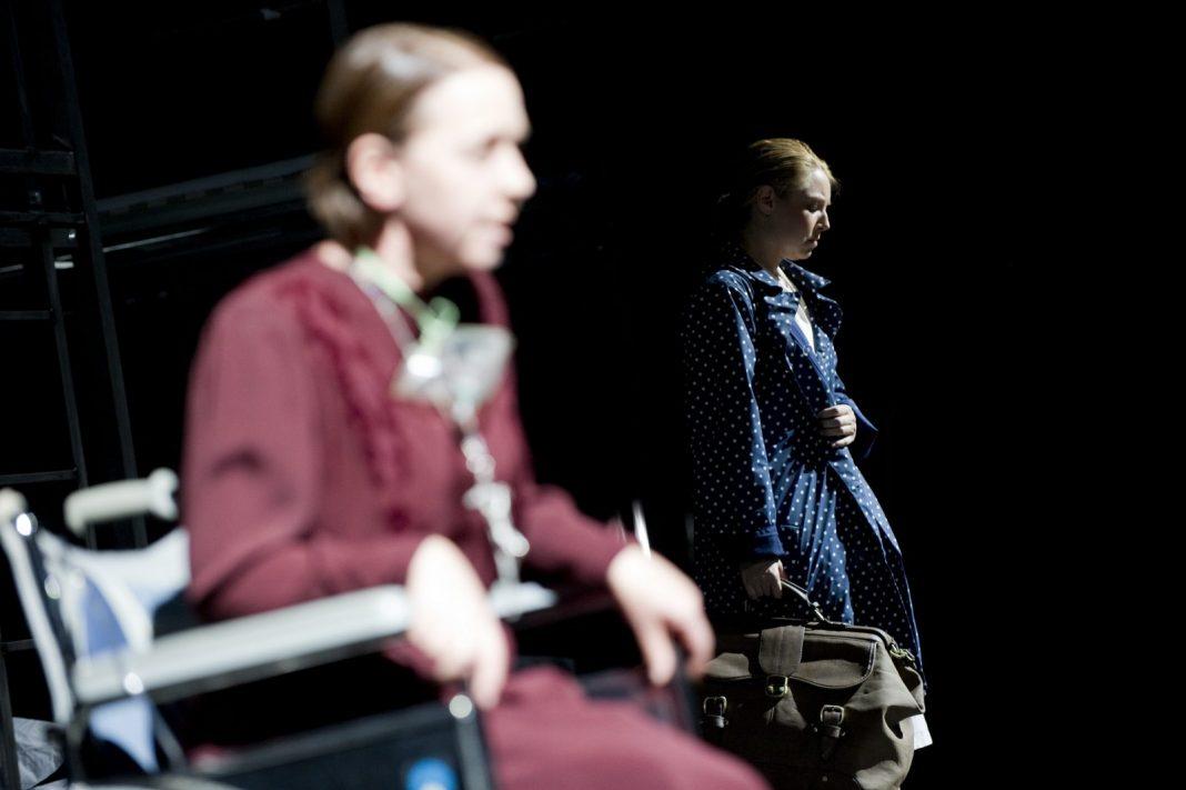 Photo M. Rittershaus | C. Bieito, Gespräche der Karmelitinnen (F. Poulenc) | Sets: R. Ringst Costumes: I. Krügler | C. Oertel, M. McKay | Komische Oper Berlin 2011