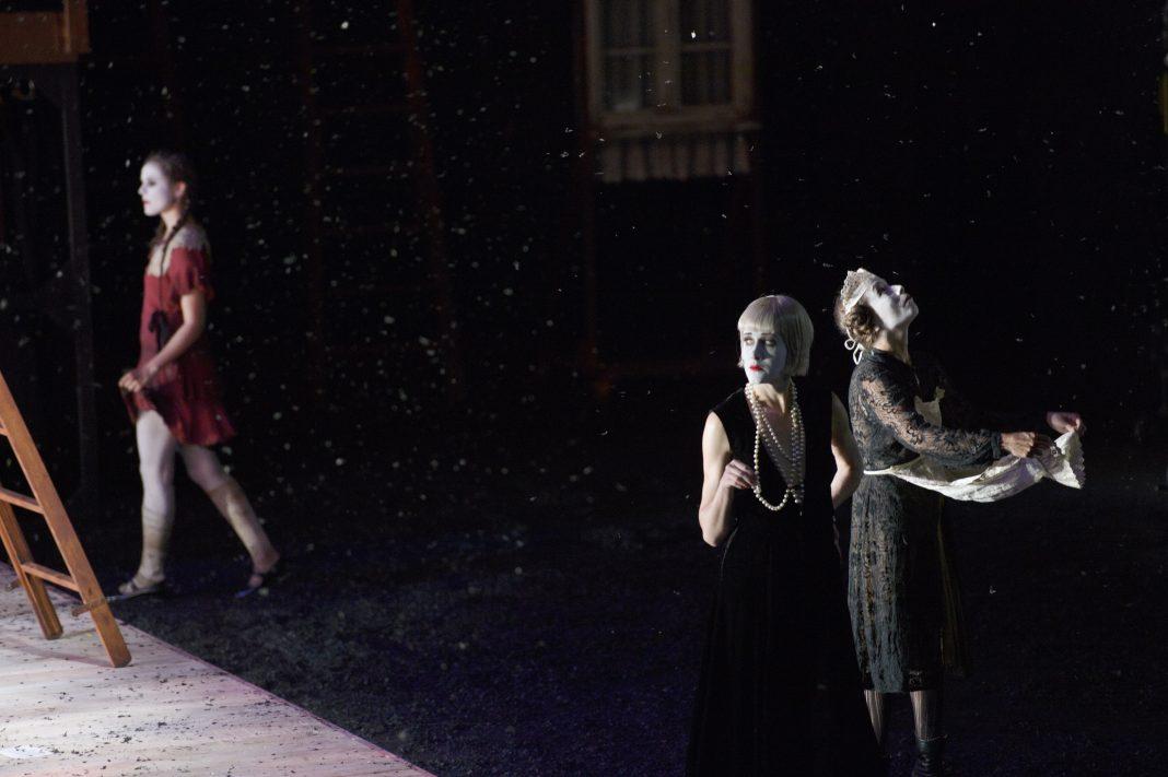 Photo M. Rittershaus | A. Kriegenburg, Don Juan kommt aus dem Krieg (Ö. von Horváth) | Sets: A. Kriegenburg Costumes: A. Schraad | Salzburger Festspiele 2014