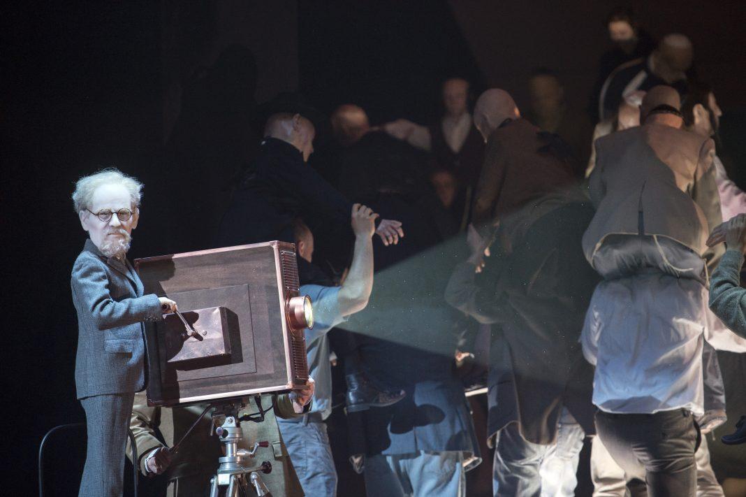 Photo M. Rittershaus | B. Kosky, Moses und Aron (A. Schönberg) | Sets and lights: K. Grünberg Costumes: K. Bruns | Komische Oper Berlin 2015